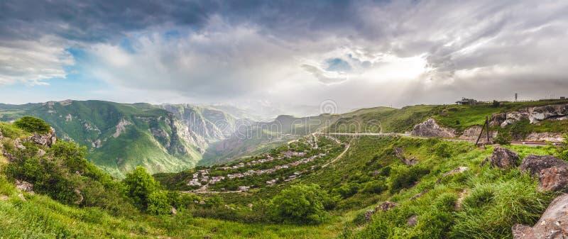 Τοπίο με τα βουνά και ουρανός στο ηλιοβασίλεμα στοκ φωτογραφία με δικαίωμα ελεύθερης χρήσης