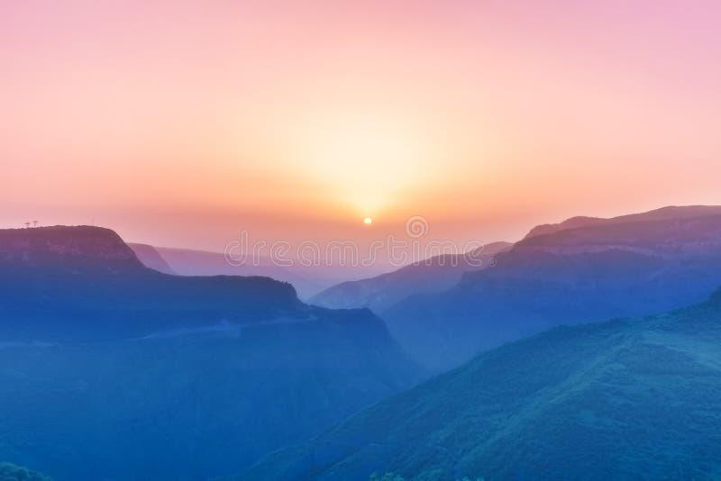 Τοπίο με τα βουνά και ουρανός στο ηλιοβασίλεμα στοκ φωτογραφίες