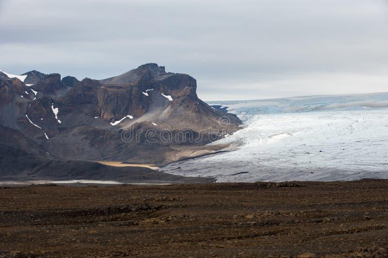 Τοπίο με τα βουνά και τον παγετώνα Langjokull, Ισλανδία στοκ εικόνες