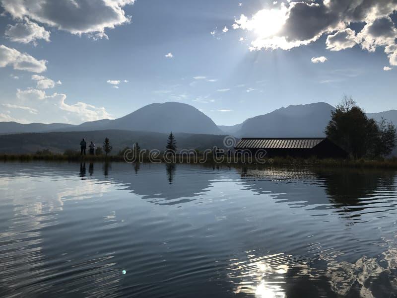 Τοπίο με τα βουνά στην απόσταση και την όμορφη λίμνη στοκ φωτογραφίες με δικαίωμα ελεύθερης χρήσης