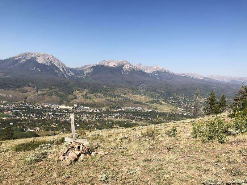 Τοπίο με τα βουνά στην απόσταση και το σοβαρό δείκτη στοκ εικόνες