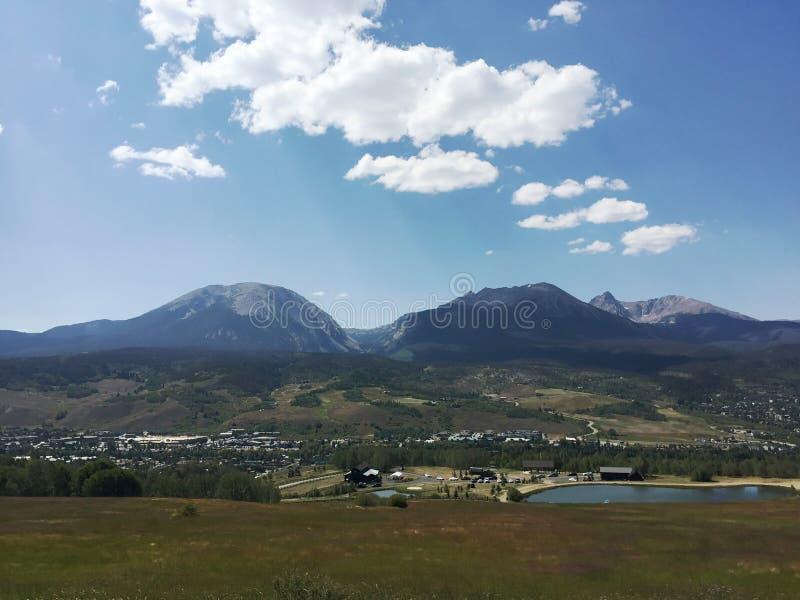 Τοπίο με τα βουνά στο Diastance στοκ εικόνα