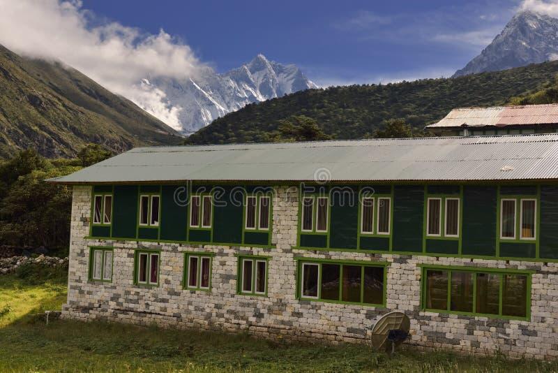Τοπίο με τα βουνά Himalayan στο υπόβαθρο στον τρόπο στο στρατόπεδο βάσεων Everest, στοκ φωτογραφία