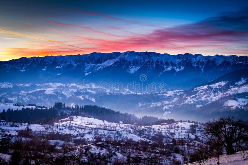 τοπίο με τα βουνά Piatra Craiului, Τρανσυλβανία, Ρουμανία, το χειμώνα στο ηλιοβασίλεμα στοκ εικόνες με δικαίωμα ελεύθερης χρήσης