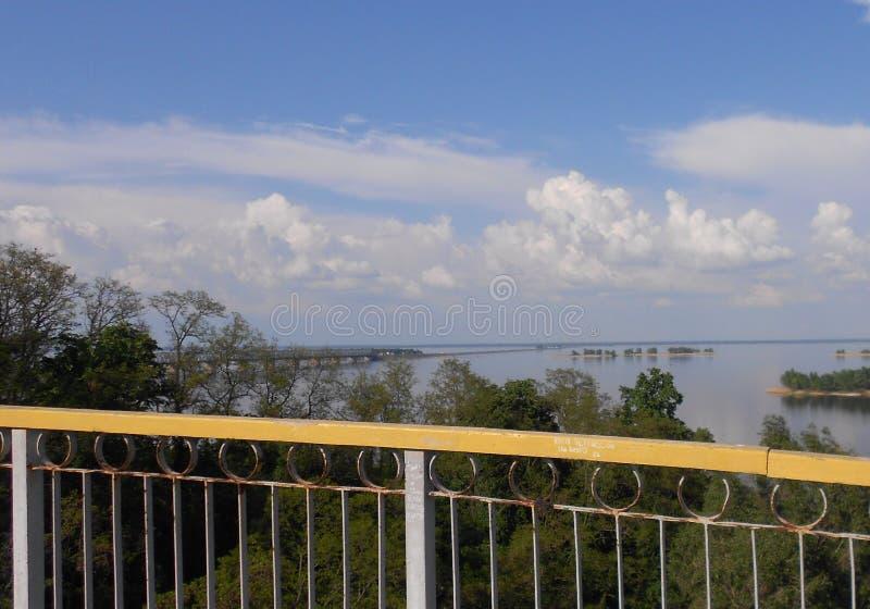 Τοπίο με τα ξύλα, τον ευρύ ποταμό και τον ουρανό στοκ εικόνες με δικαίωμα ελεύθερης χρήσης