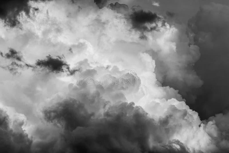 Τοπίο με τα σκοτεινά σύννεφα θύελλας πριν από τη βροχή στοκ εικόνες με δικαίωμα ελεύθερης χρήσης