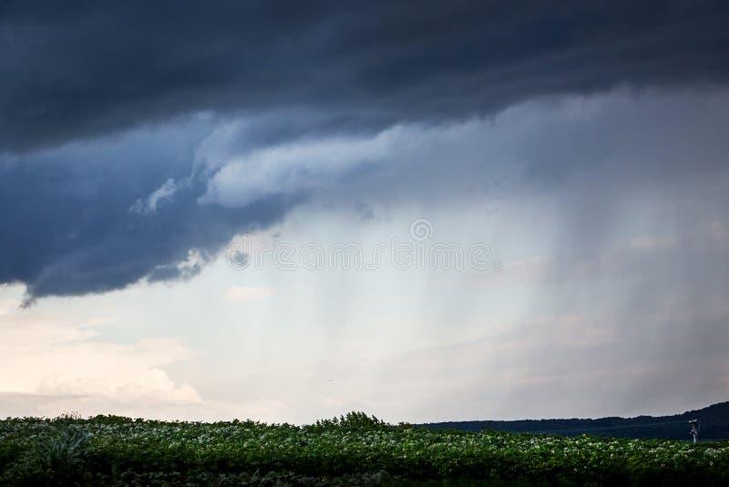 Τοπίο με τα σκοτεινά σύννεφα κατά τη διάρκεια της βροχής Ένας σκοτεινός, θυελλώδης ουρανός, είναι β στοκ φωτογραφία