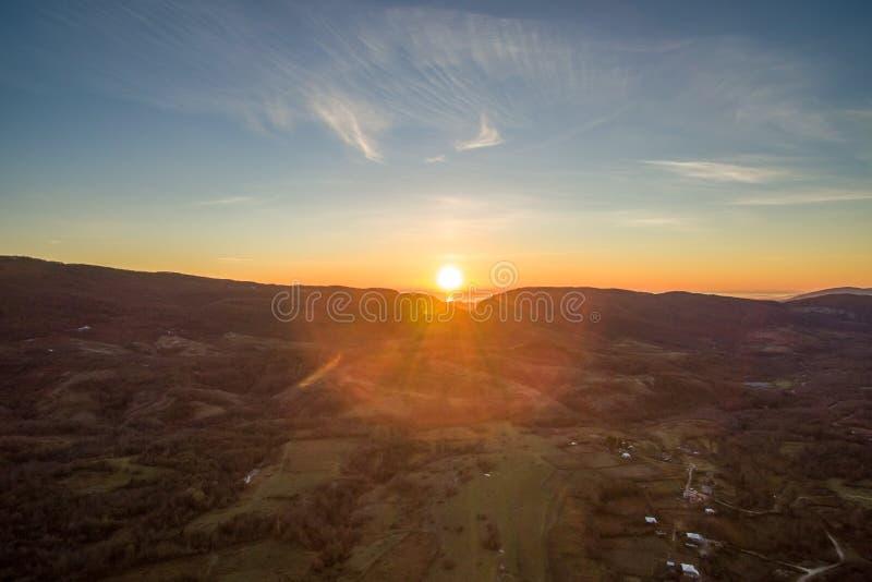 Τοπίο με τα ύψη με τις θέες βουνού και το ζωηρό sunse στοκ φωτογραφία με δικαίωμα ελεύθερης χρήσης