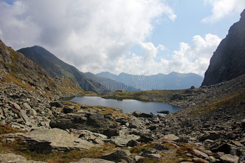 Τοπίο με την παγετώδη λίμνη και τα βουνά στοκ φωτογραφία με δικαίωμα ελεύθερης χρήσης