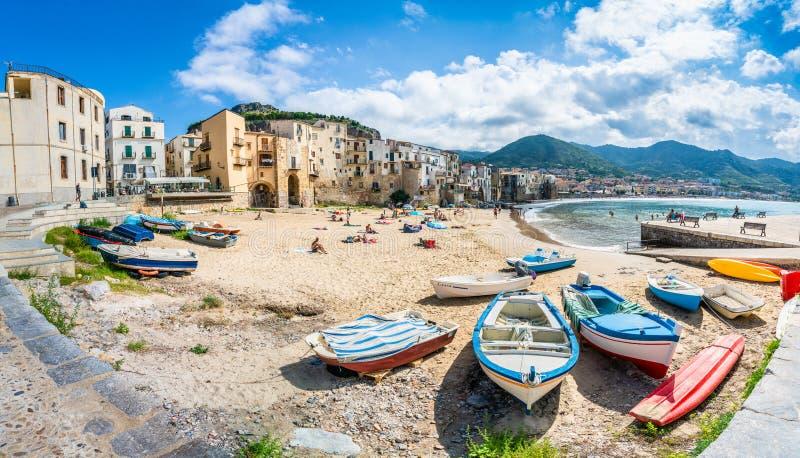 Τοπίο με την παραλία και τη μεσαιωνική πόλη Cefalu, Σικελία στοκ εικόνες