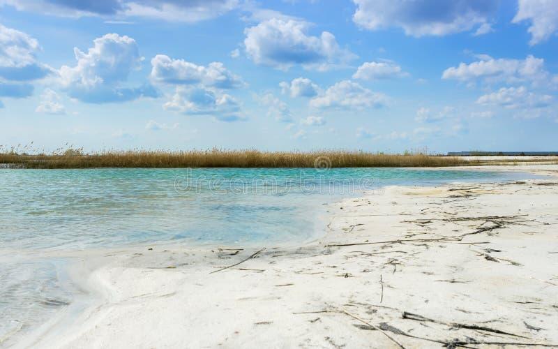 Τοπίο με την τυρκουάζ λίμνη μεταξύ της άσπρης άμμου στοκ φωτογραφίες