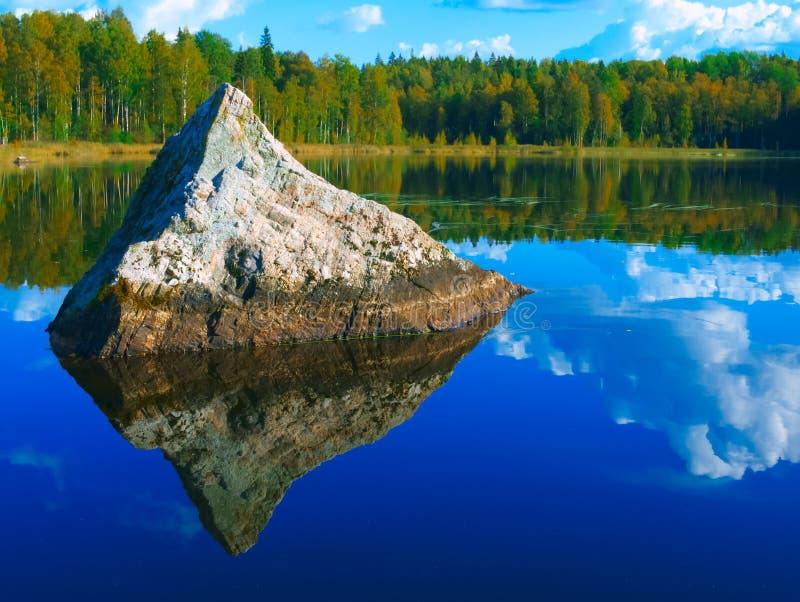 Τοπίο με τη λίμνη πυραμίδων γρανίτη στοκ εικόνες με δικαίωμα ελεύθερης χρήσης