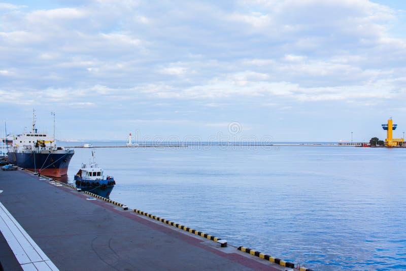 Τοπίο με τη βάρκα και το φορτηγό πλοίο ρυμούλκησης στοκ φωτογραφία