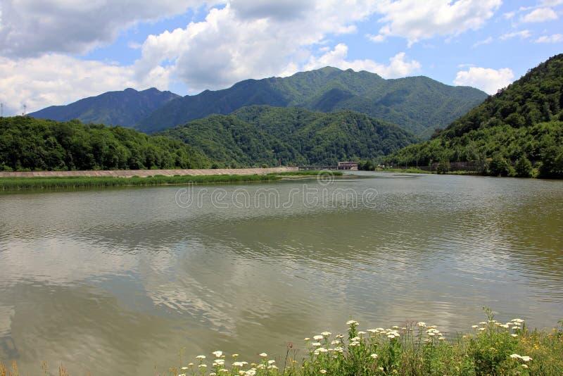 Τοπίο με τη λίμνη και τα βουνά - φαράγγι ποταμών Olt στοκ εικόνα