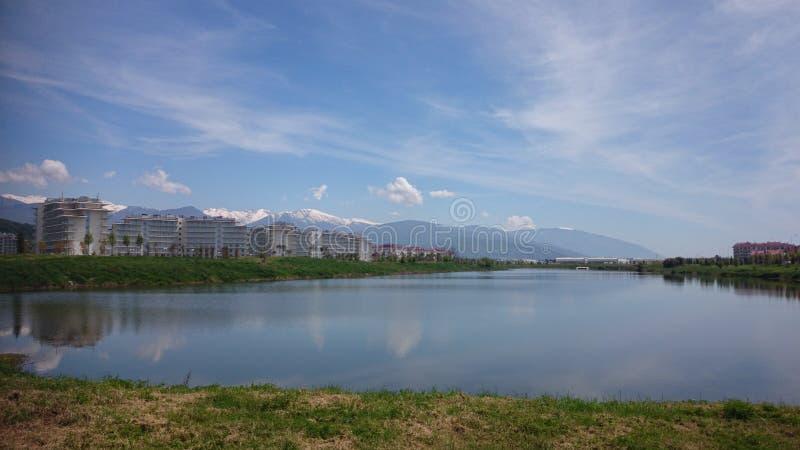 Τοπίο με τη λίμνη και τα βουνά Sochi στοκ εικόνα