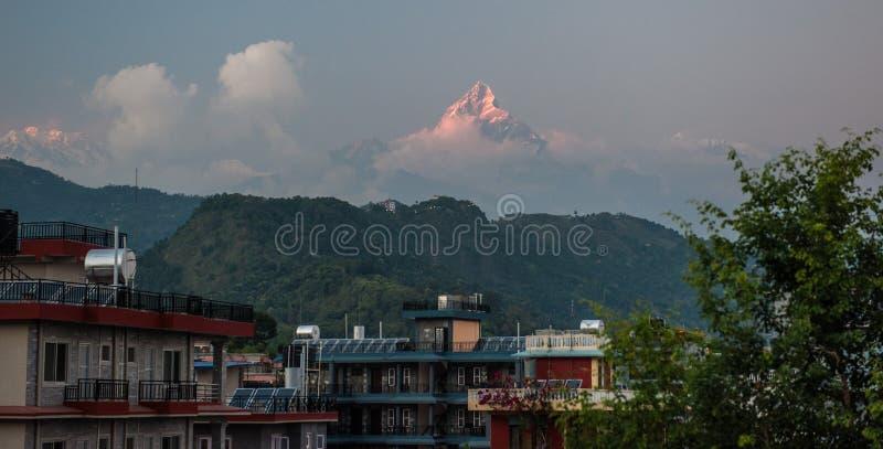 Τοπίο με τις στέγες Pokhara στην ανατολή με Fishtail νότου, Hiunchuli και Machapuchare Annapurna τις αιχμές στο υπόβαθρο Ιμαλάια στοκ εικόνες με δικαίωμα ελεύθερης χρήσης
