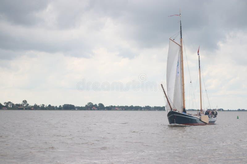 Τοπίο με τις υδάτινες οδούς και τα κανάλια της Ολλανδίας στοκ φωτογραφία