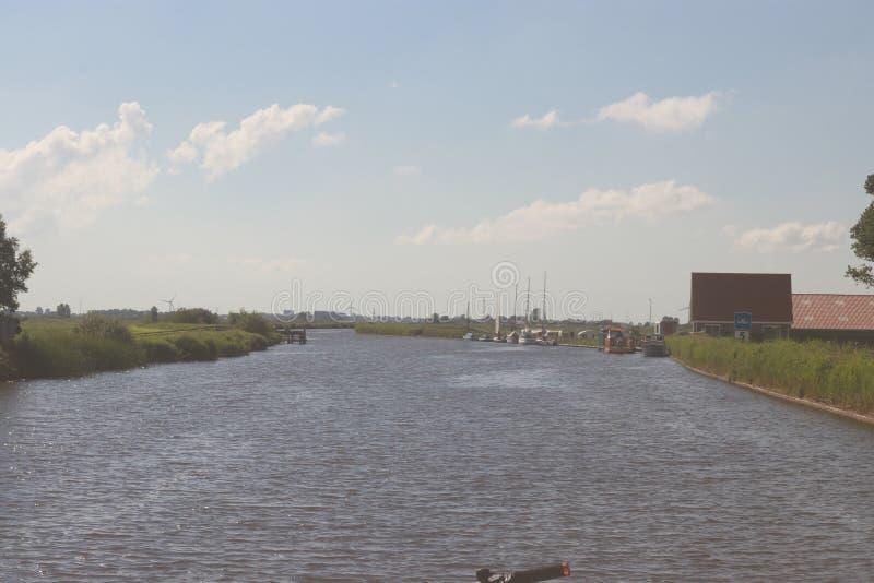 Τοπίο με τις υδάτινες οδούς και τα κανάλια της Ολλανδίας στοκ φωτογραφίες με δικαίωμα ελεύθερης χρήσης
