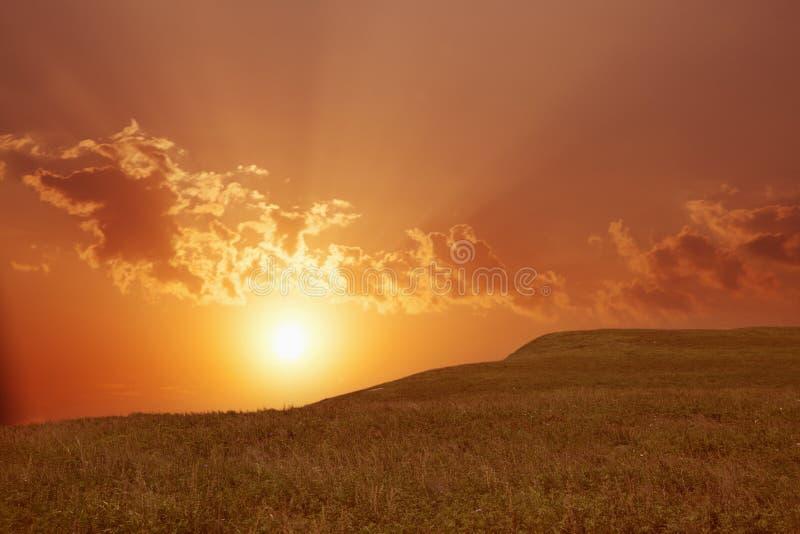 Τοπίο με τον ήλιο που λάμπει μέσω των σύννεφων. στοκ εικόνες