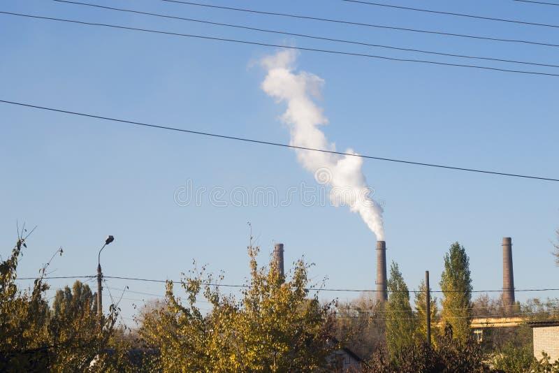 Τοπίο με τον καπνίζοντας σταθμό παραγωγής ηλεκτρικού ρεύματος καπνοδόχων στοκ εικόνα με δικαίωμα ελεύθερης χρήσης