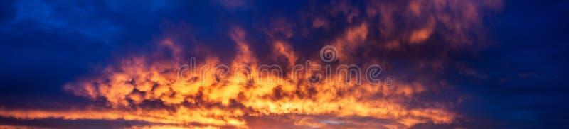 Τοπίο με τον ουρανό, τα σύννεφα και την ανατολή μια πανοραμική άποψη στοκ φωτογραφία με δικαίωμα ελεύθερης χρήσης