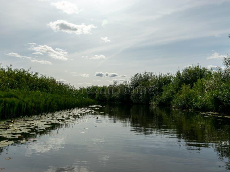Τοπίο με τον ποταμό της Σέντα, ο οποίος ρέει στη λίμνη Burtnieki Λετονία στοκ εικόνες