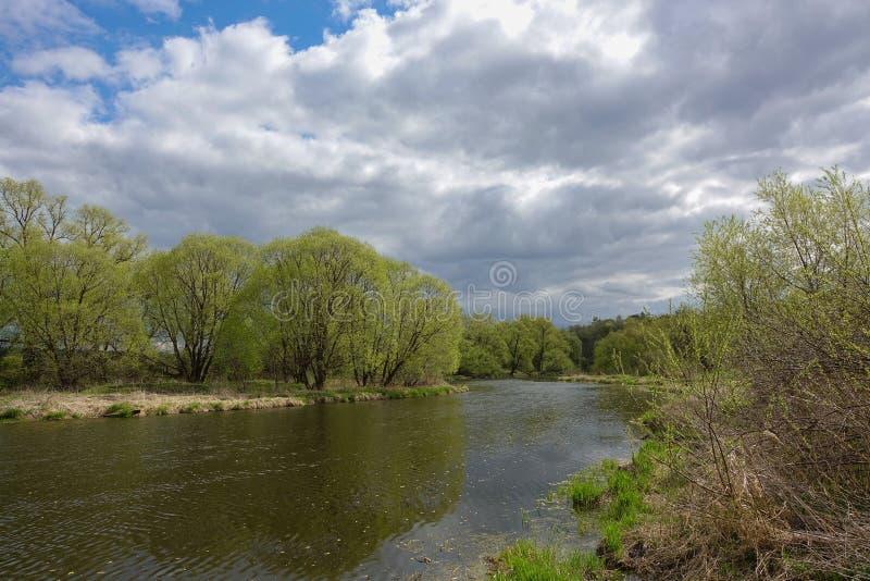 Τοπίο με τον ποταμό τη νεφελώδη ημέρα στοκ φωτογραφίες με δικαίωμα ελεύθερης χρήσης