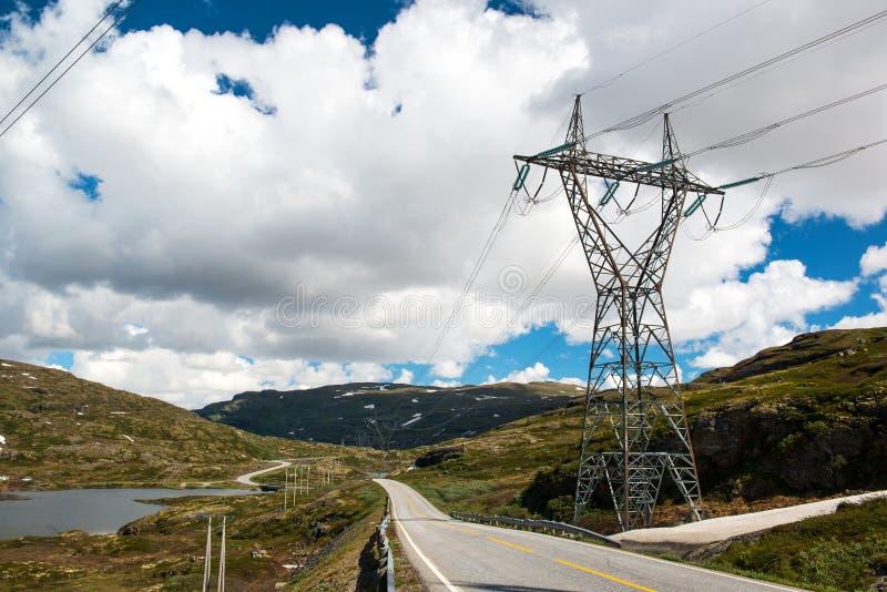 Τοπίο με το δρόμο βουνών και τη γραμμή εμπιστοσύνης υψηλής τάσης, Νορβηγία στοκ εικόνες