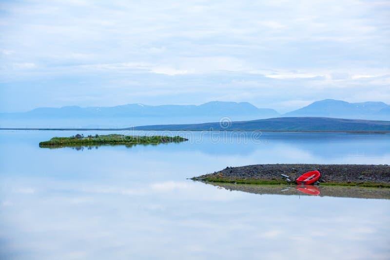 Τοπίο νερού της Ισλανδίας με την κόκκινη βάρκα στοκ εικόνα με δικαίωμα ελεύθερης χρήσης