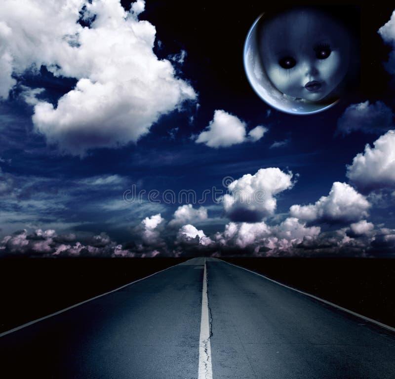 Τοπίο νύχτας με το δρόμο, τα σύννεφα και το φεγγάρι ελεύθερη απεικόνιση δικαιώματος