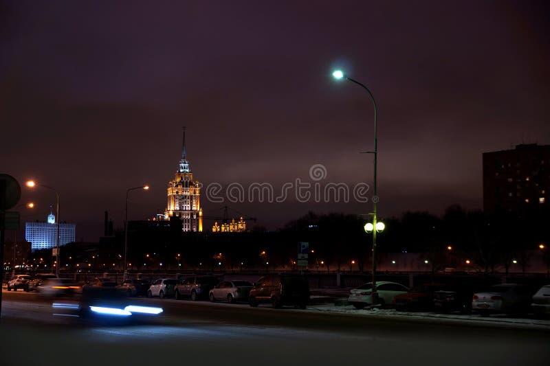Τοπίο νύχτας που αγνοεί τον ουρανοξύστη της Μόσχας στοκ εικόνες