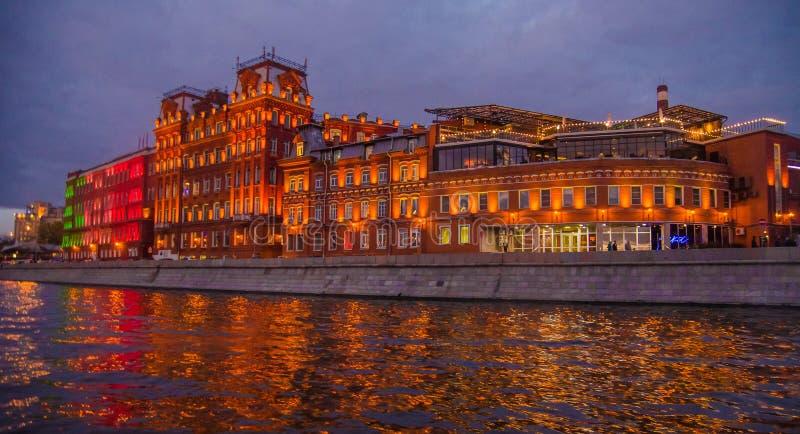 Τοπίο νύχτας της Μόσχας με τον ποταμό και το κόκκινο εργοστάσιο Οκτωβρίου στοκ εικόνα