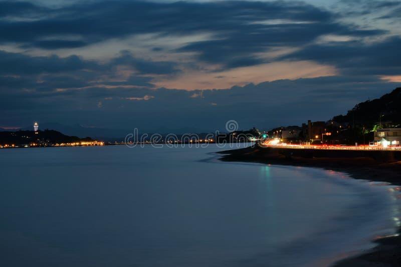 Τοπίο νύχτας του νησιού Enoshima στην Ιαπωνία με τα ελαφριά ίχνη traffix στοκ φωτογραφία με δικαίωμα ελεύθερης χρήσης