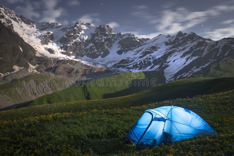 Τοπίο νύχτας των βουνών και μια σκηνή των τουριστών σε Svaneti, Γεωργία Στρατόπεδο στο βουνό τη νύχτα στοκ φωτογραφίες