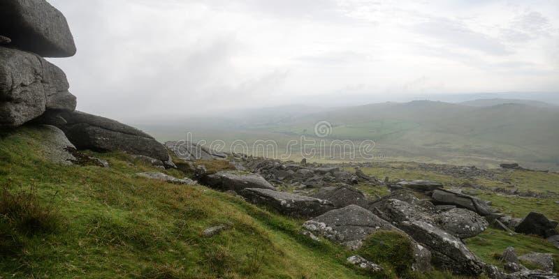 Τοπίο πέρα από το εθνικό πάρκο Dartmoor το φθινόπωρο με τους βράχους και το φ στοκ φωτογραφίες