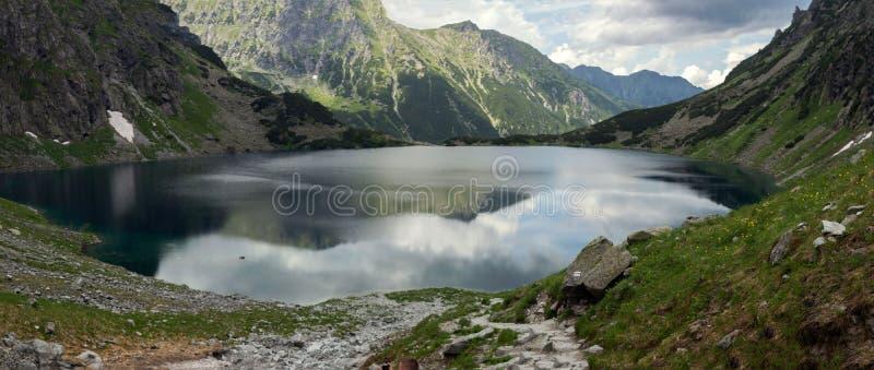Τοπίο πανοράματος, λίμνη στα βουνά στοκ εικόνα