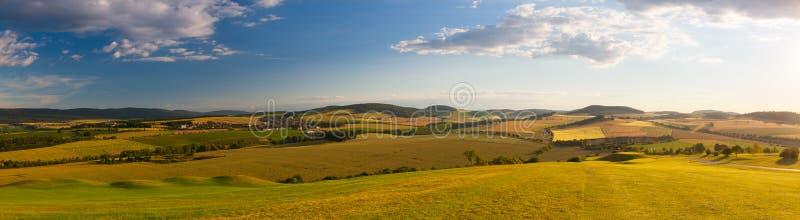 Τοπίο πανοράματος - καταπληκτική άποψη από το γήπεδο του γκολφ στην κοιλάδα στοκ φωτογραφία με δικαίωμα ελεύθερης χρήσης