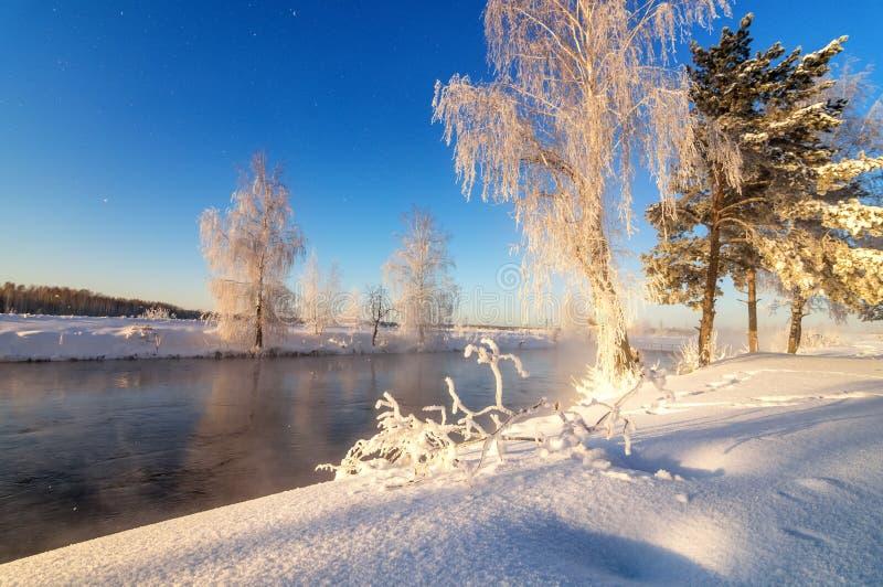 Τοπίο πρωινού άνοιξη με την ομίχλη και ένα δάσος, ποταμός, Ρωσία, Ural στοκ εικόνες με δικαίωμα ελεύθερης χρήσης