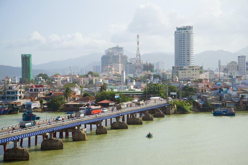 Τοπίο πρωινού της σύγχρονης πόλης από τον ποταμό CAI, Nha Trang στοκ φωτογραφίες με δικαίωμα ελεύθερης χρήσης