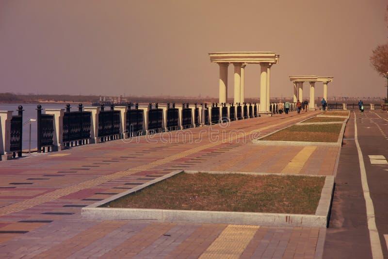 Τοπίο πόλεων/ανάχωμα βραδιού/ανάχωμα με το φράκτη rotunda και επεξεργασμένου σιδήρου/ στοκ εικόνα