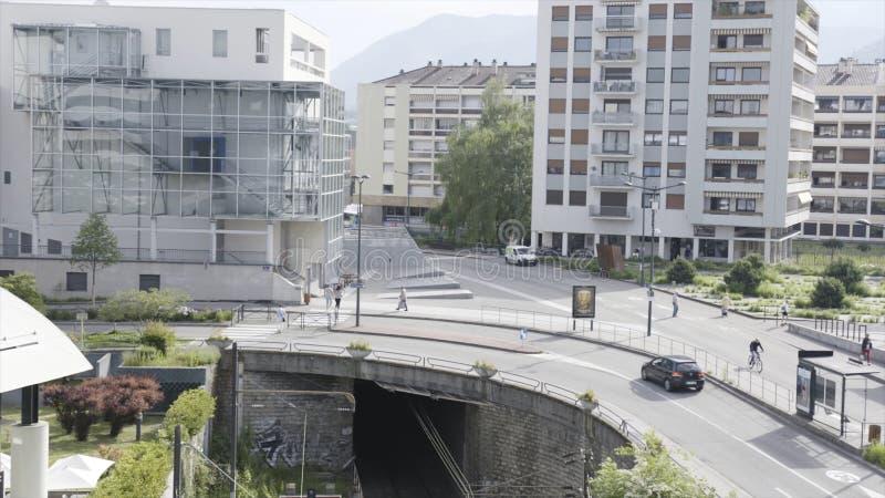 Τοπίο πόλεων με το σιδηρόδρομο που προέρχεται από υπόγειο και ένας δρόμος με να κινήσει τα αυτοκίνητα ανωτέρω r Μια οδός πόλεων μ στοκ εικόνες