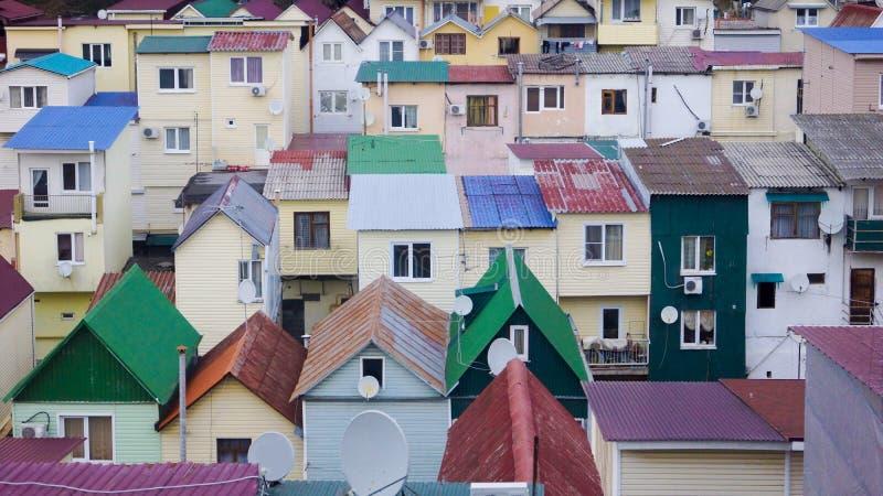 Τοπίο πόλεων, σπίτια με τις κόκκινες στέγες 2014 χειμερινός κόσμος της Ρωσίας Sochi 2018 παιχνιδιών φλυτζανιών ολυμπιακός στοκ φωτογραφίες