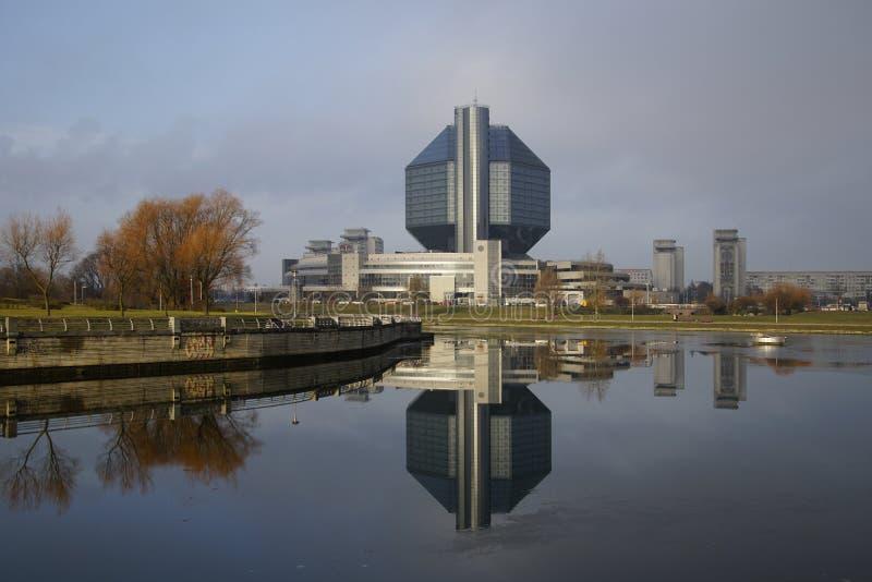 Τοπίο πόλης Άποψη της Εθνικής Βιβλιοθήκης της Λευκορωσίας Θερμός Δεκέμβριος Αντανάκλαση στο νερό στοκ εικόνες με δικαίωμα ελεύθερης χρήσης
