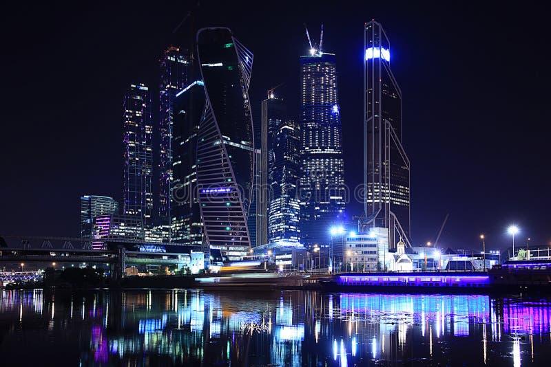 Τοπίο πόλεων νύχτας με τους καμμένος ουρανοξύστες στοκ φωτογραφία με δικαίωμα ελεύθερης χρήσης