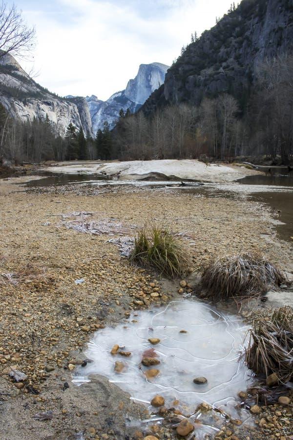 Τοπίο σε Yosemite με το δάσος και τα βουνά ποταμών πάγου στοκ εικόνες