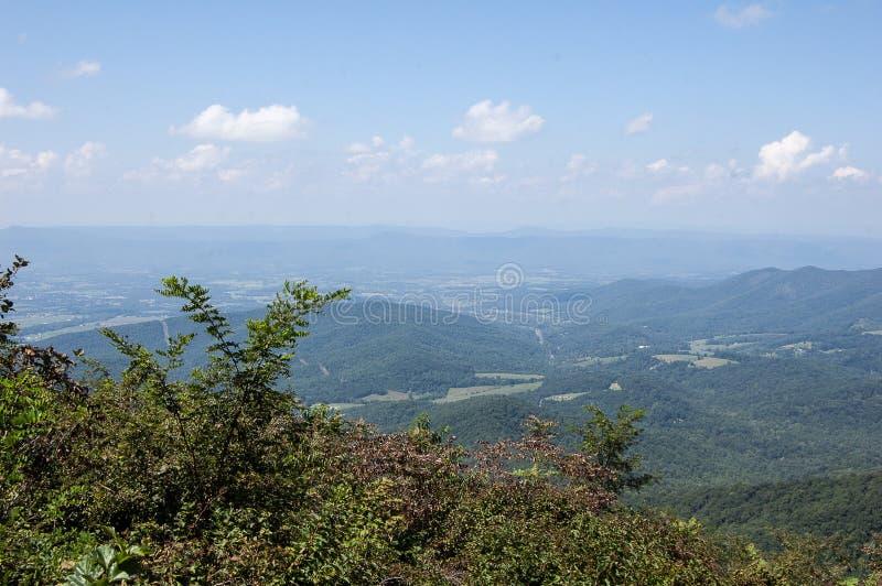 Τοπίο στα μπλε βουνά κορυφογραμμών στοκ φωτογραφία με δικαίωμα ελεύθερης χρήσης