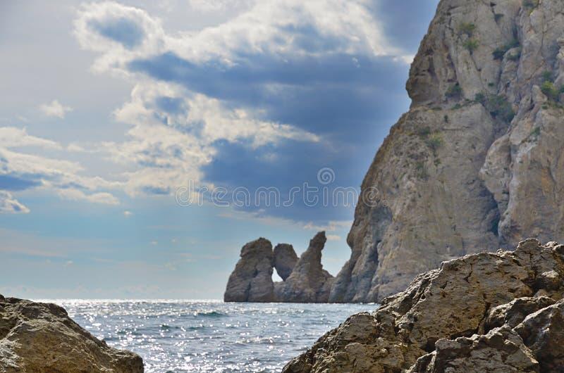 Τοπίο στην ακτή με τους βράχους στο θαλάσσιο νερό κοντά στον απότομο βράχο στοκ εικόνα