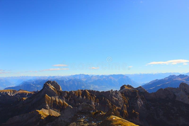 Τοπίο Ταξίδι στα βουνά Πανόραμα βουνών την ηλιόλουστη ημέρα στοκ εικόνες