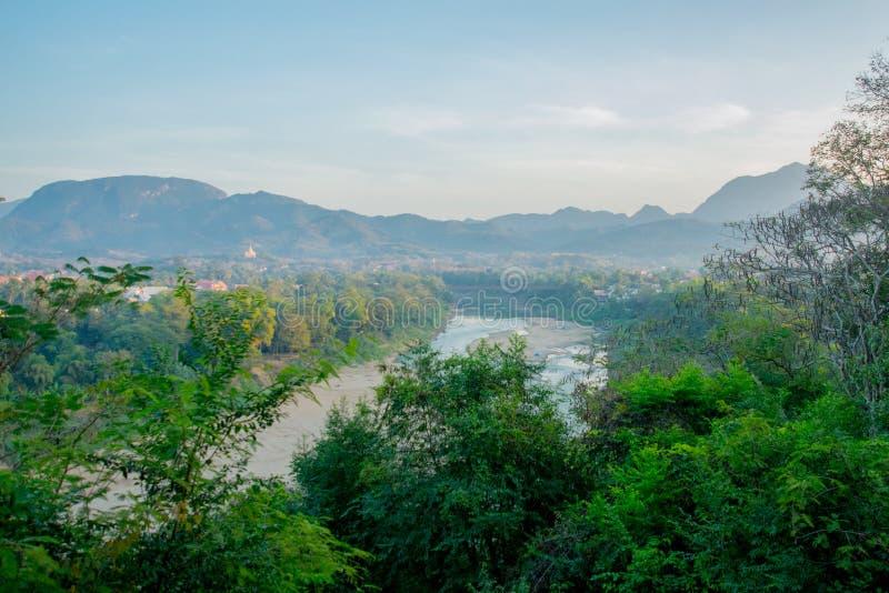 Τοπίο Τα βουνά και Mekong ο ποταμός Καλοκαίρι Λάος Luang Prabang στοκ φωτογραφία με δικαίωμα ελεύθερης χρήσης