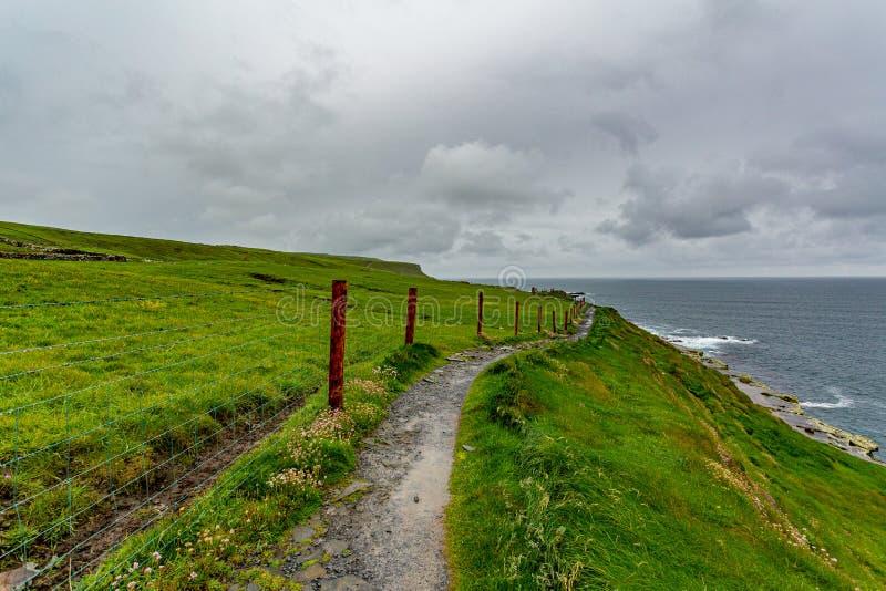 Τοπίο της ακτής και ένα αγροτικό μονοπάτι μέσα του παράκτιου περιπάτου διαδρομών στοκ εικόνα